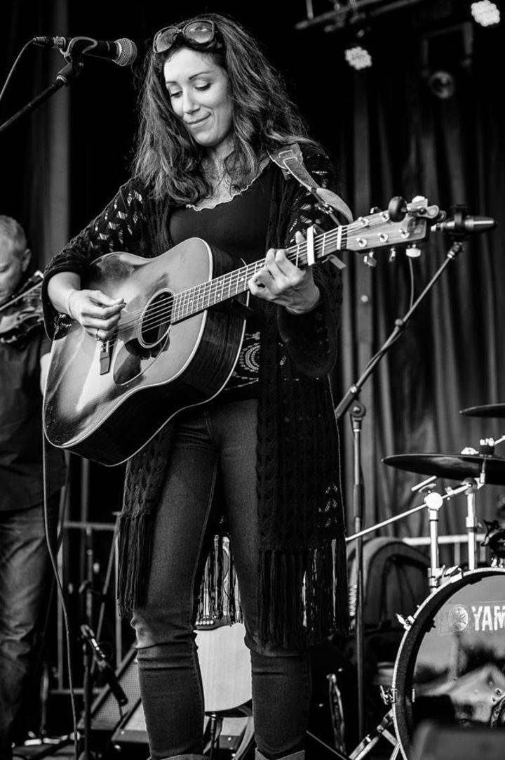 Julie Corrigan @ Kaffe 1870 w/ Birdie Whyte - Wakefield, Canada