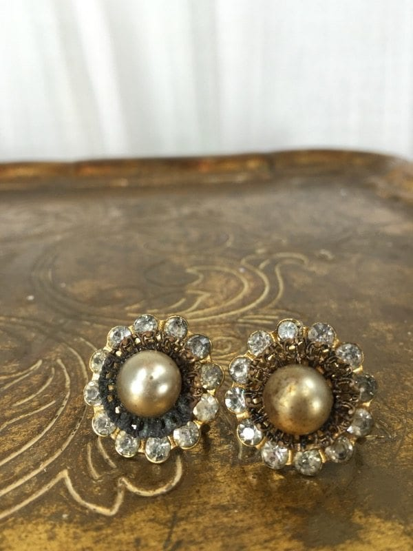 la boudoir miami gold & pearl screwback earrings (1)