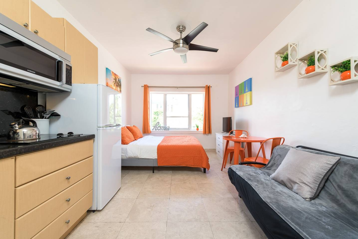 Mantell Plaza Studio with Pool 2 mins to the Beach