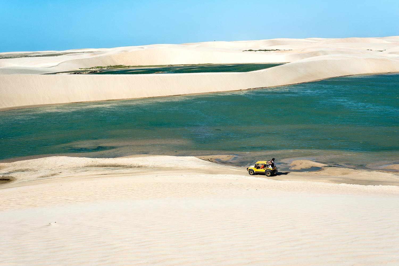 En Jericoacoara, podés hacer excursiones en cuatriciclo recorriendo las dunas, que son altísimas