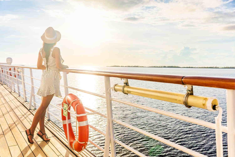 Un miedo muy común de viajar en crucero es sentirse encerrado, pero siempre podés salir a la borda a admirar el mar y disfrutar de una puesta de sol