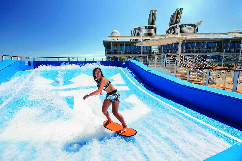 ¿Se puede surfear en un crucero? Sí, con Royal Caribbean todo se puede.