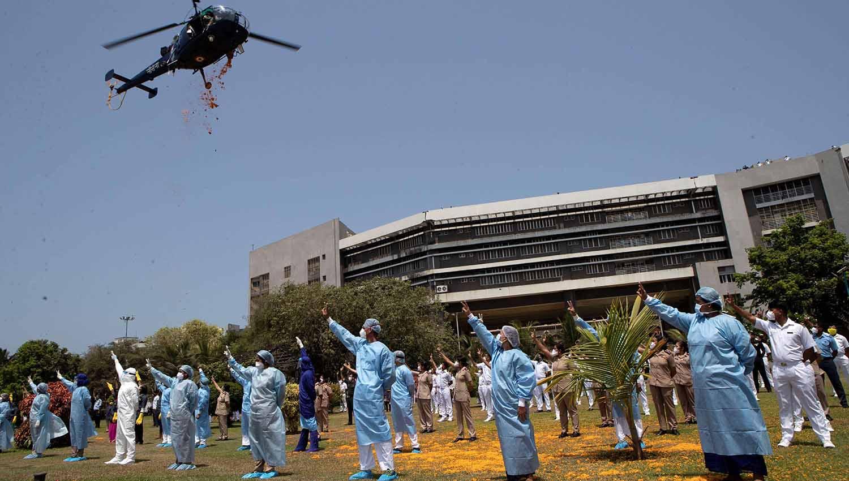 Un helicóptero en India arroja pétalos de flores sobre el personal del hospital INS Ashwini (Foto: AP)