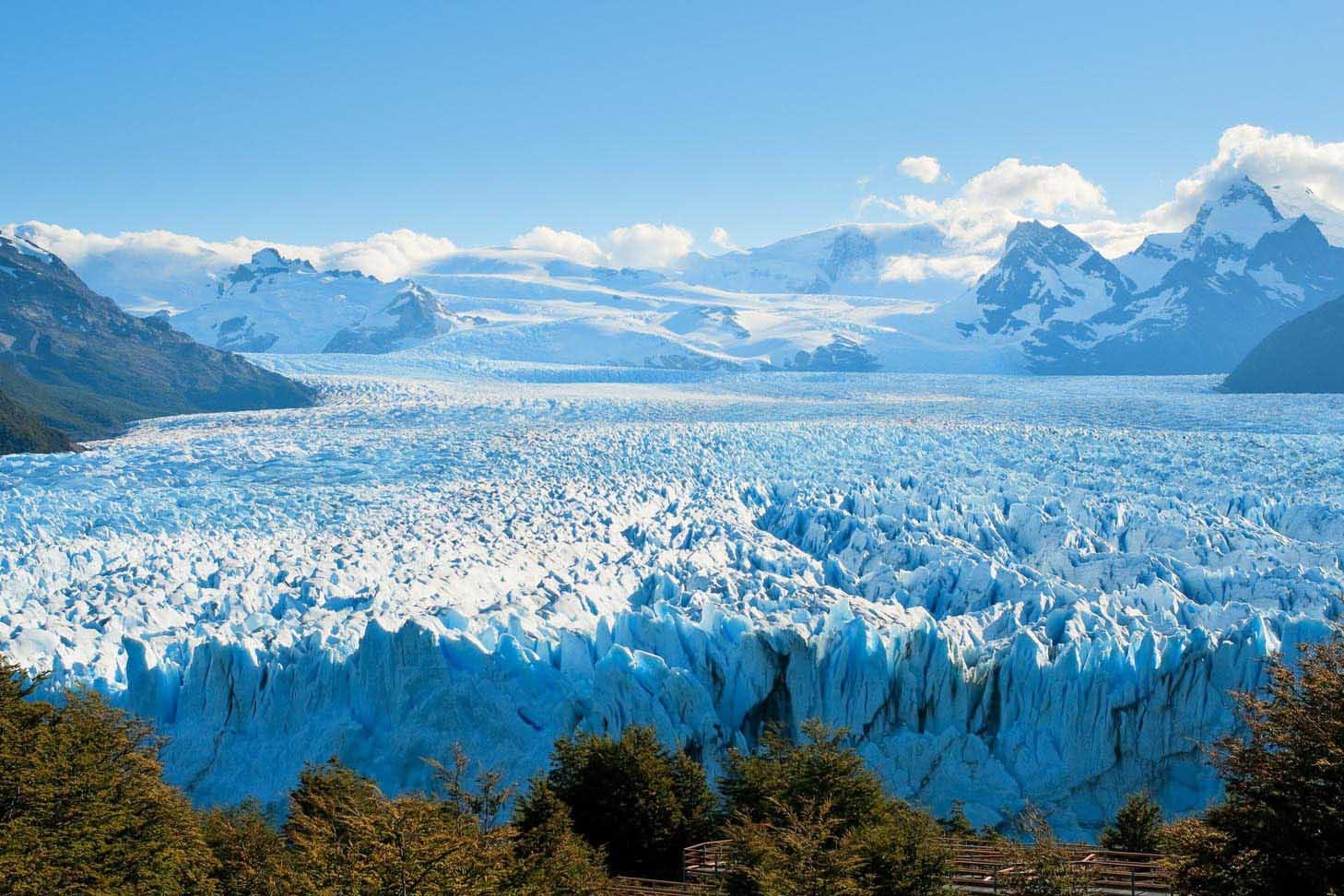 El Perito Moreno queda a 64 km de la ciudad de Calafate dentro del Parque Nacional Los Glaciares