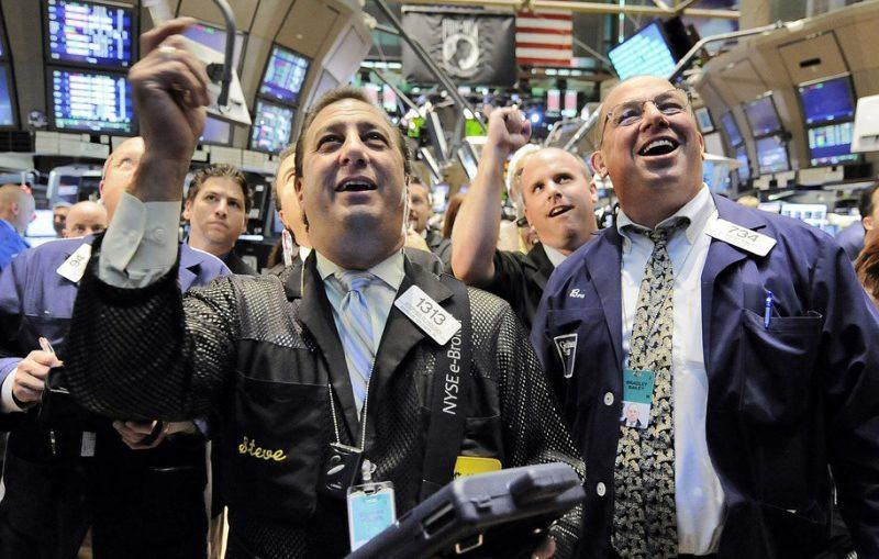 بداية اسبوعية خضراء لمؤشرات الأسهم والنفط والبيتكوين