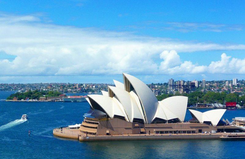 المركزي الأسترالي يحافظ على سعر الفائدة ثابتًا ويعد بمزيد من التيسيرات