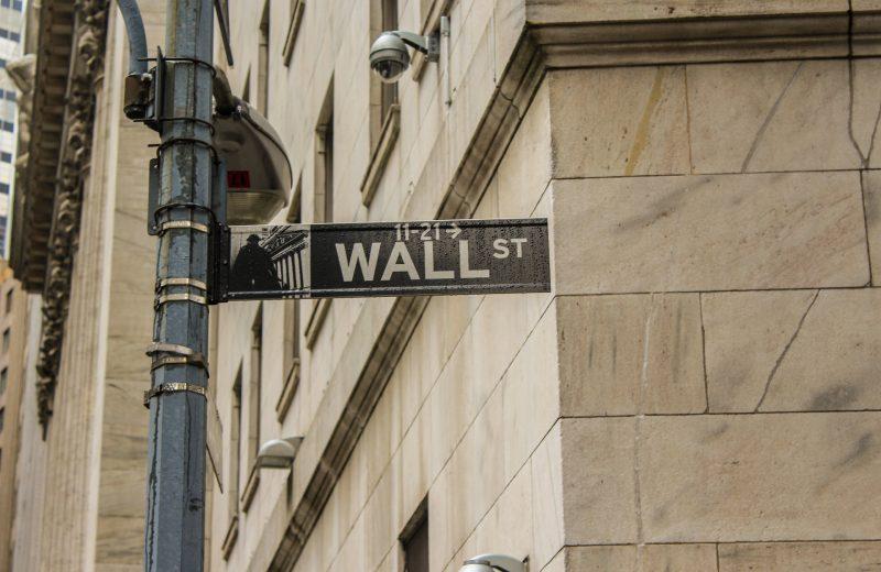 الأسهم تتراجع بعد تركيز المستثمرين على التحفيزات والبيانات الاقتصادية المخيبة للآمال