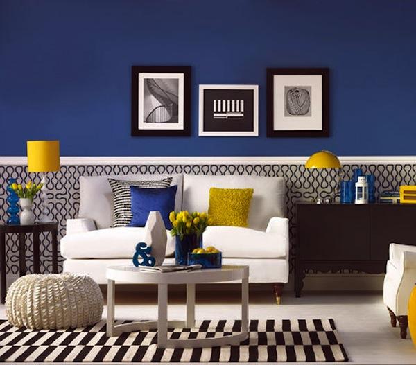 Nesta sala de estar o azul predomina, enquanto o amarelo ganha espaço nos detalhes.