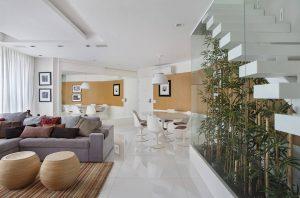 Embaixo a escada na sala de estar o jardim de inverno ganha destaque e deixa a decoração ainda mais bonita e harmoniosa!