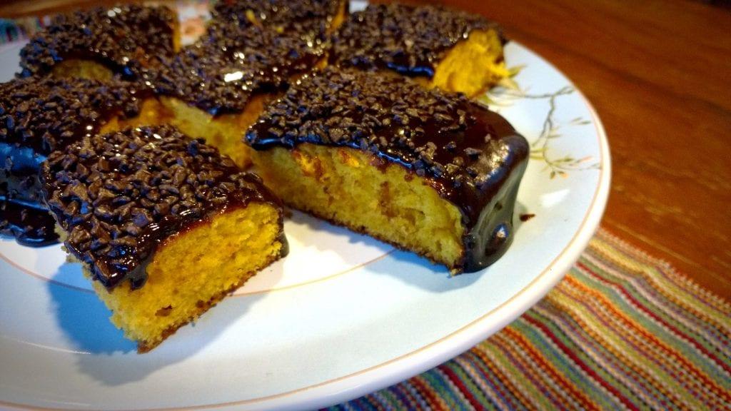 bolo de cenoura com calda de chocolate em prato