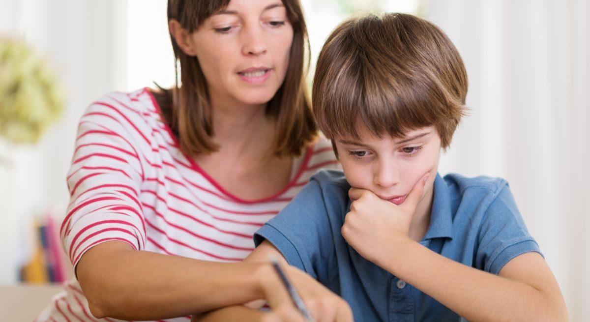 mae ajuda filho lição de casa