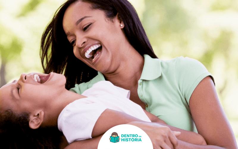 mãe e filha se divertem juntas