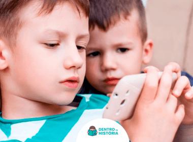 crianças usando celular smartphone