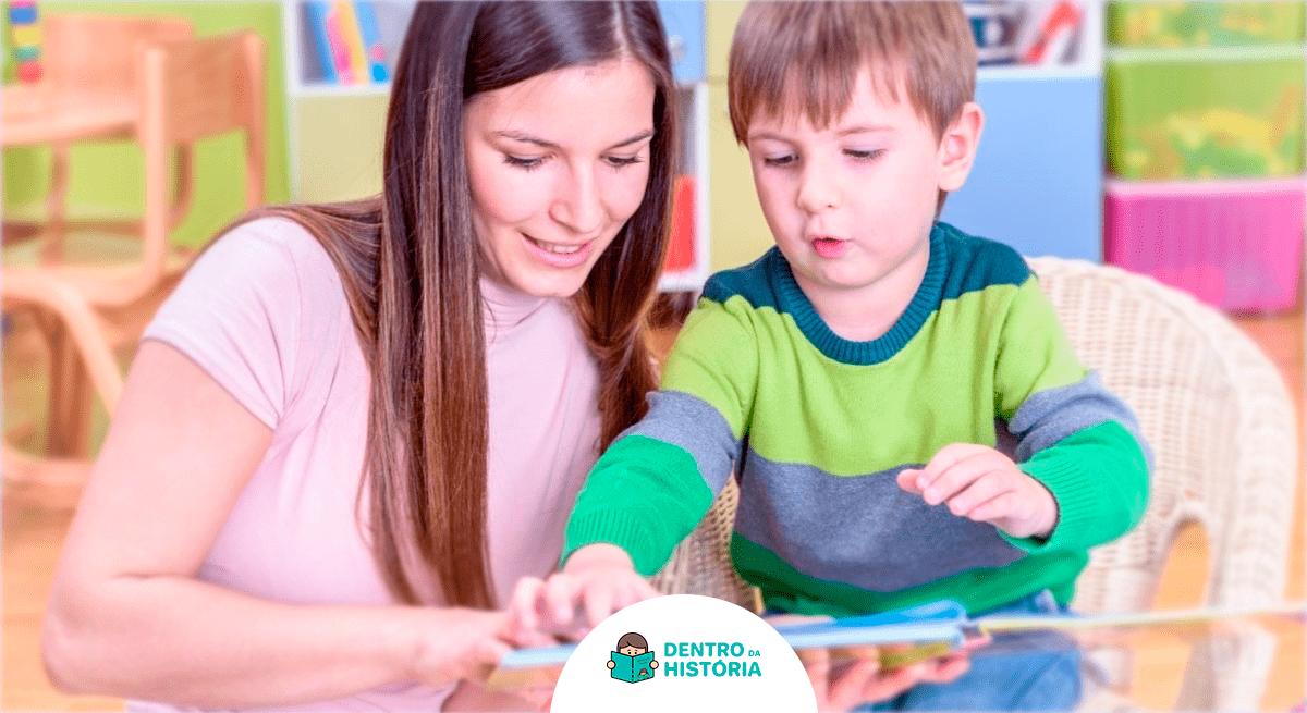 mãe ensinar crianças com autismo a ler