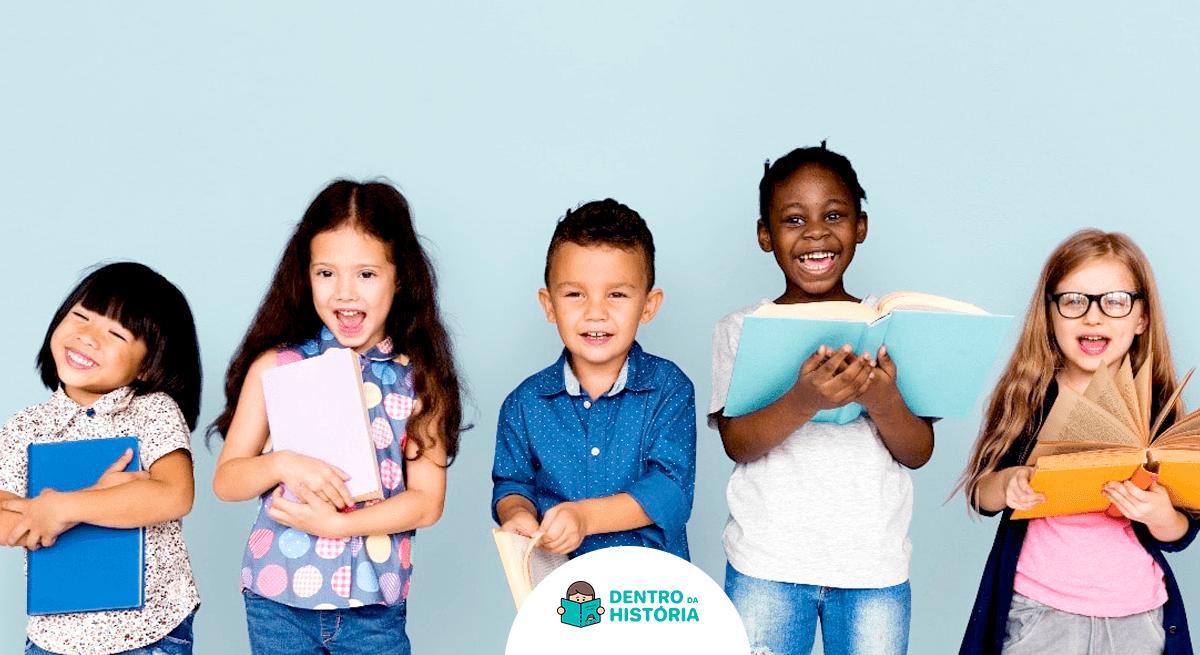 Crianças segurando livros diferentes