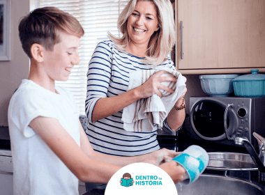 mãe e filho lavando louça