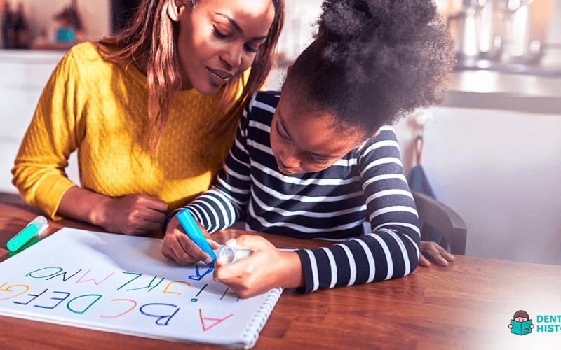mae como ensinar o alfabeto de forma lúdica e divertida para os filhos