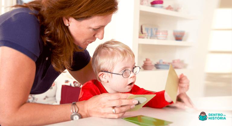 fonoaudiologia infantil trabalhando linguagem com criança sindrome de down