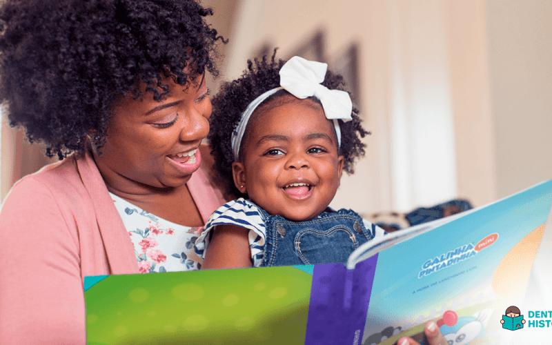 mãe incentivar a leitura com filha pequena