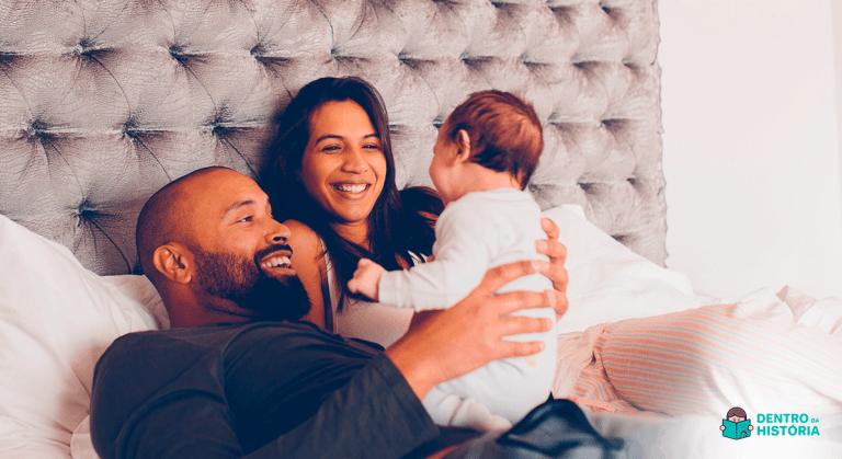 casal na cama com filho bebê