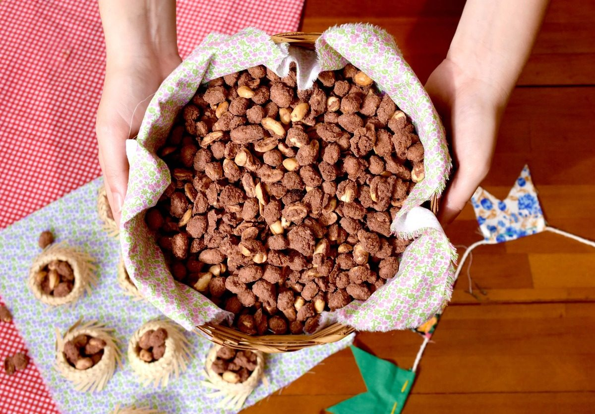 cesta de amendoim doce com chocolate torrado
