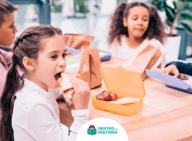 crianças comendo lanches saudáveis na escola