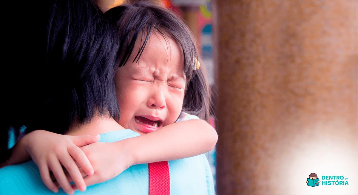 menina chora porque não quer ir à escola