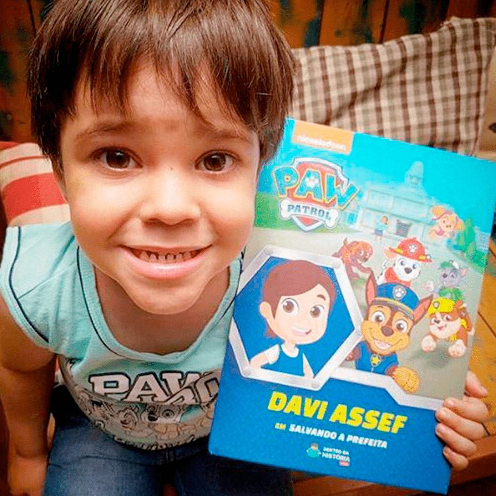 criança com livro personalizado
