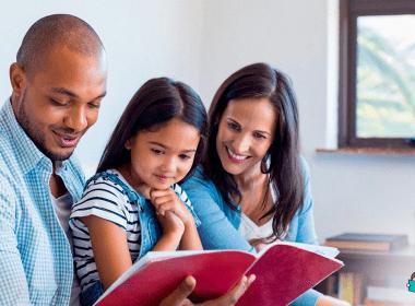 família praticando leitura em casa