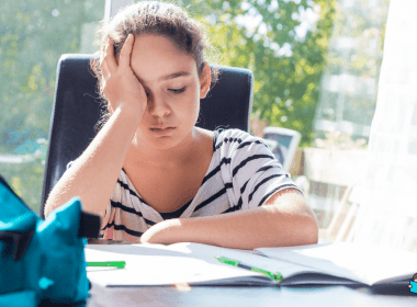 Criança fazendo dever de casa estressado