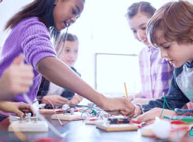 Crianças aprendendo na escola com métodos que são tendências na educação