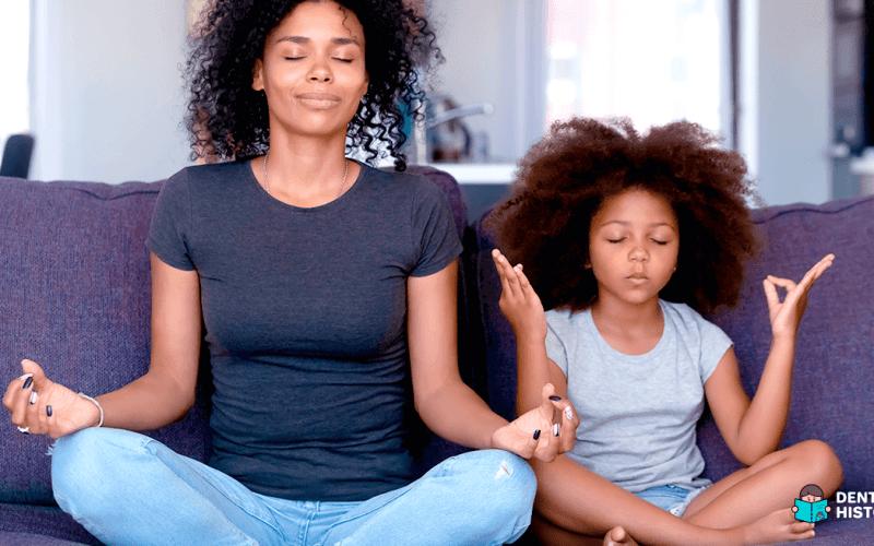 Mãe e filha fazendo yoga: Maternidade e saúde emocional