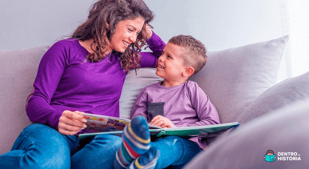 Mãe lendo para criança com autismo