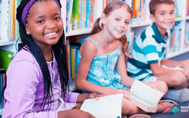 Crianças lendo no Dia do Livro infantil