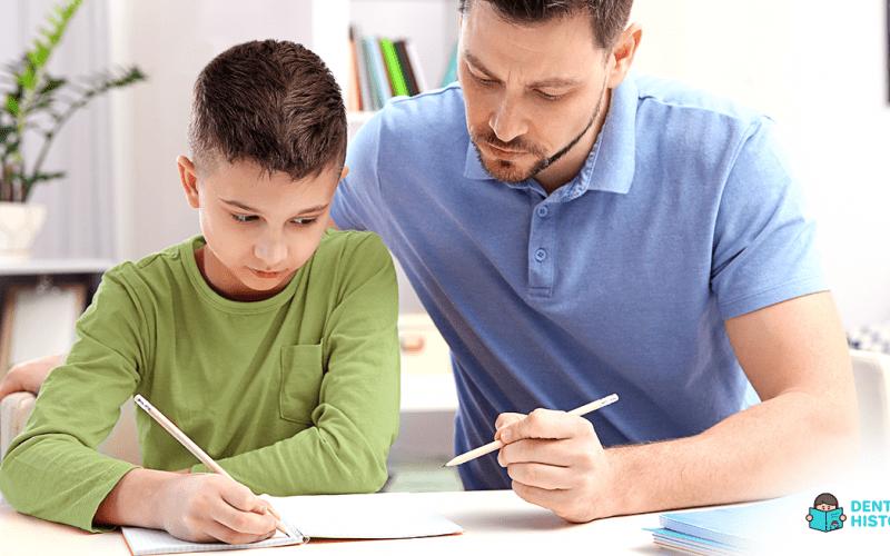 Pai ajuda filho com dificuldade em português