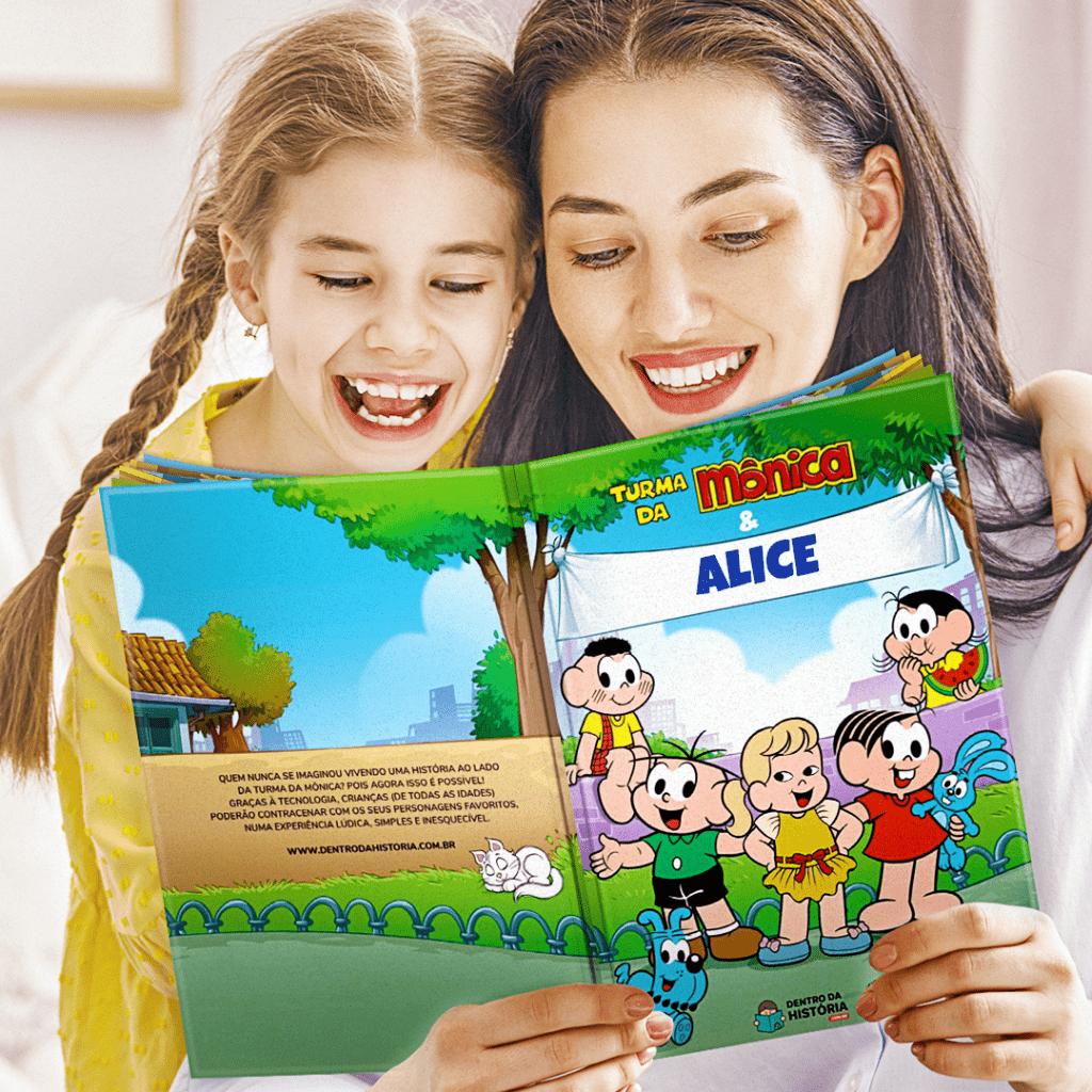 Mãe e filha lendo livro personalizado