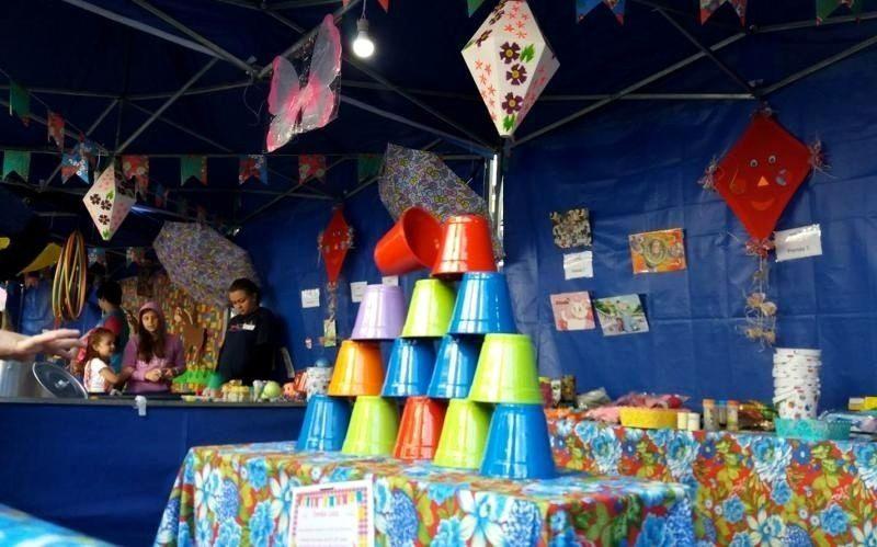 Tomba latas: brincadeira de Festa Junina