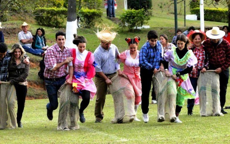 Corrida de saco: brincadeira de Festa Junina