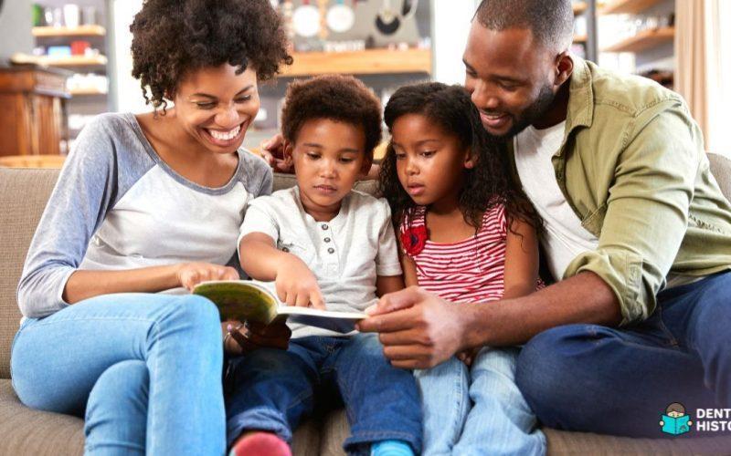 Pais incentivando a leitura na infância