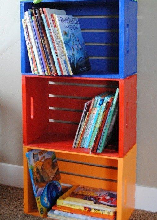 Caixotes coloridos com livros