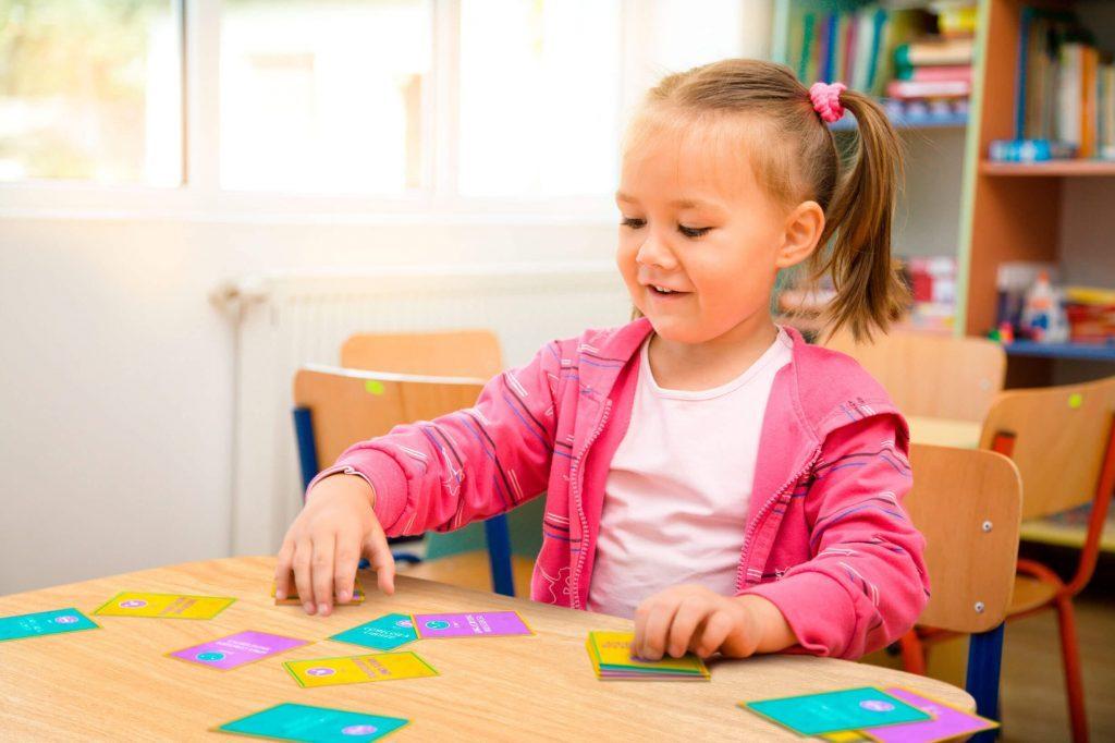Criança brincando com o jogo Histórias Fantásticas