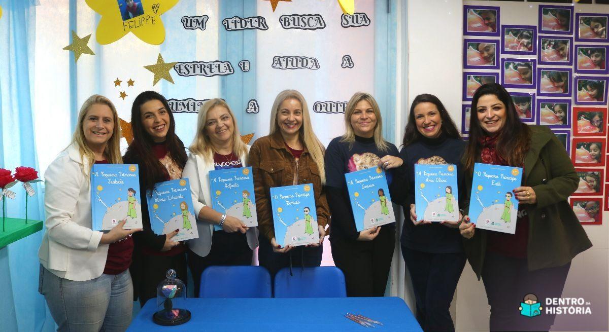Professoras com livros personalizados e alunos protagonistas