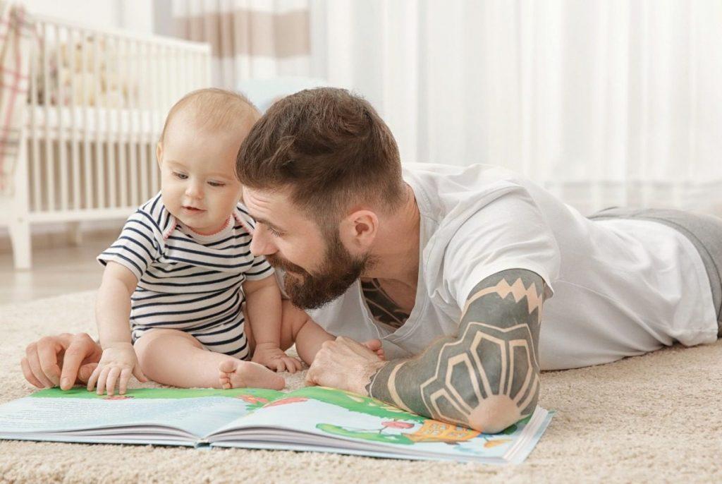 Pai lendo para bebê