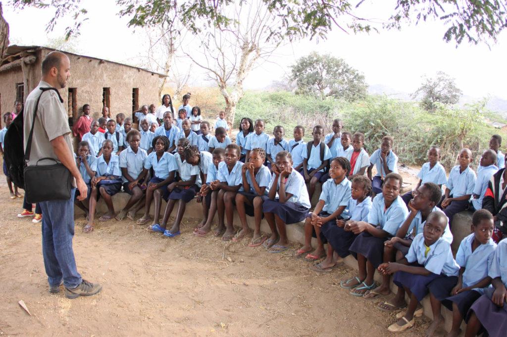 Roberto Pascoal com crianças em Luanda, Angola