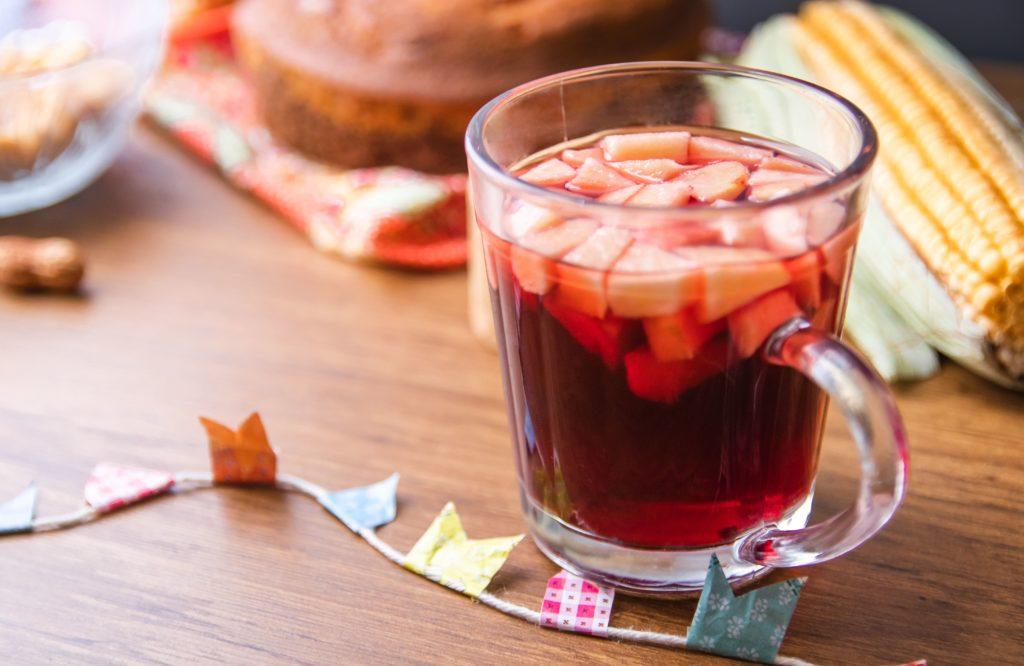 Copo com quentão sem álcool feito à base de suco de maçã, receita típica de Festa Junina.