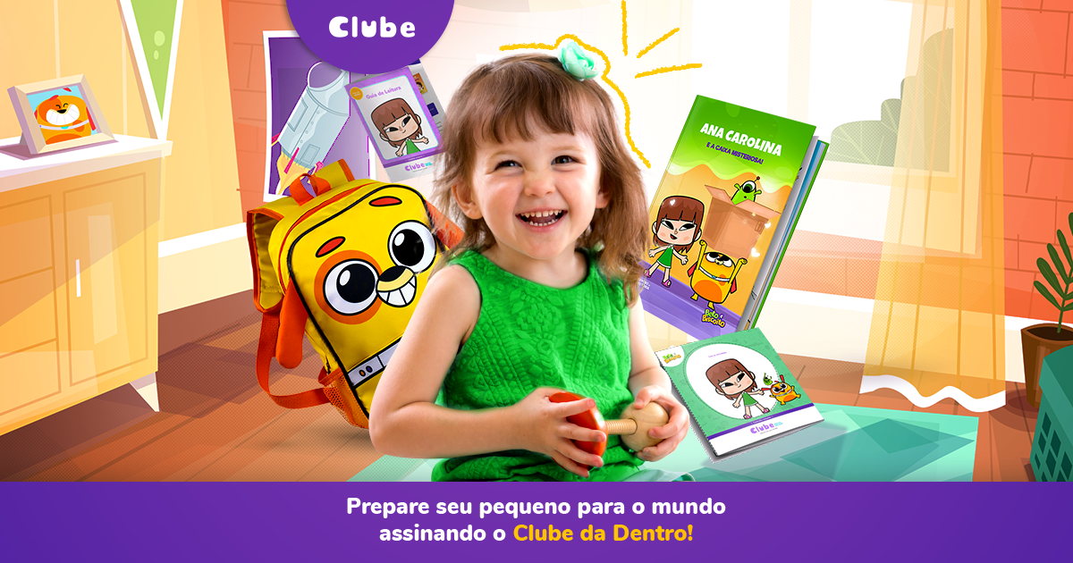Criança sorrindo com o Kit de Leitura do Clube da Dentro