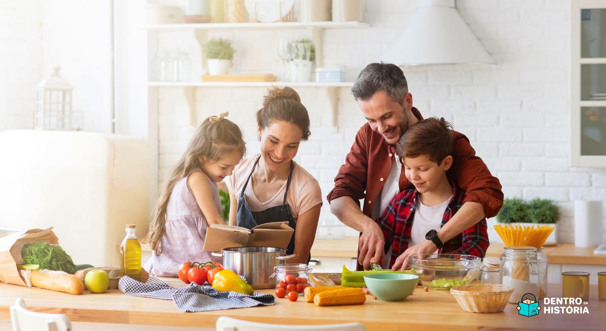 Família se divertindo na cozinha com as crianças