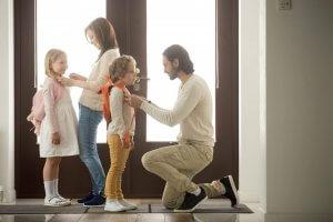 Pais preparando os filhos para o primeiro dia de aula