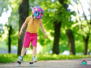 Menina praticando skate na infância