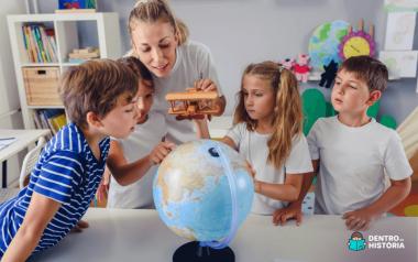 Mãe e filhos observando os continentes e países do mundo no globo terrestre
